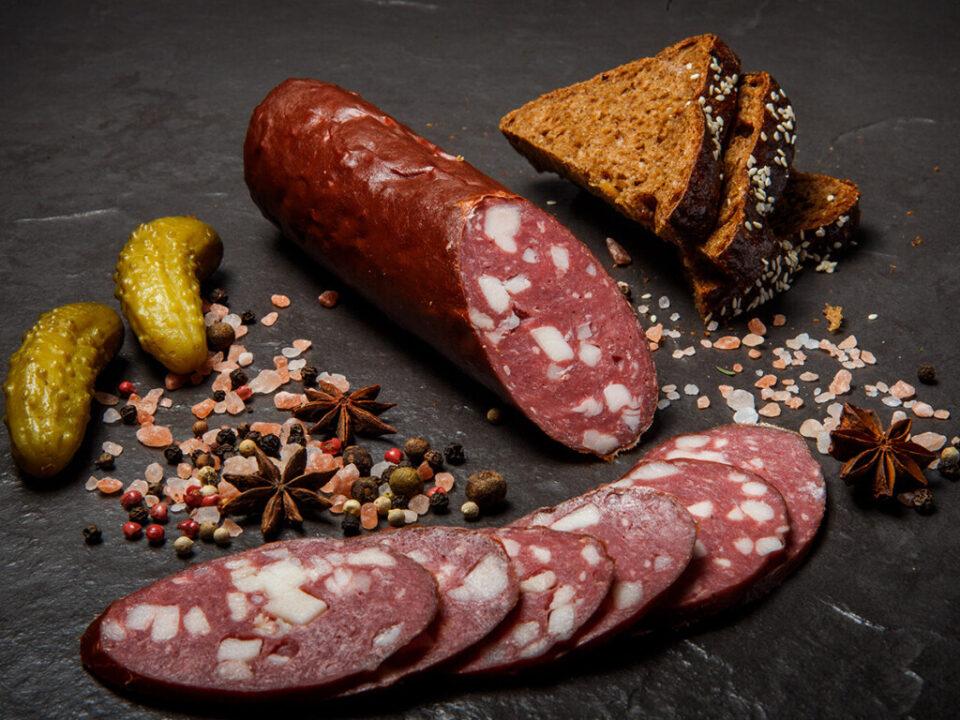 Медики предупредили об опасности современных колбас