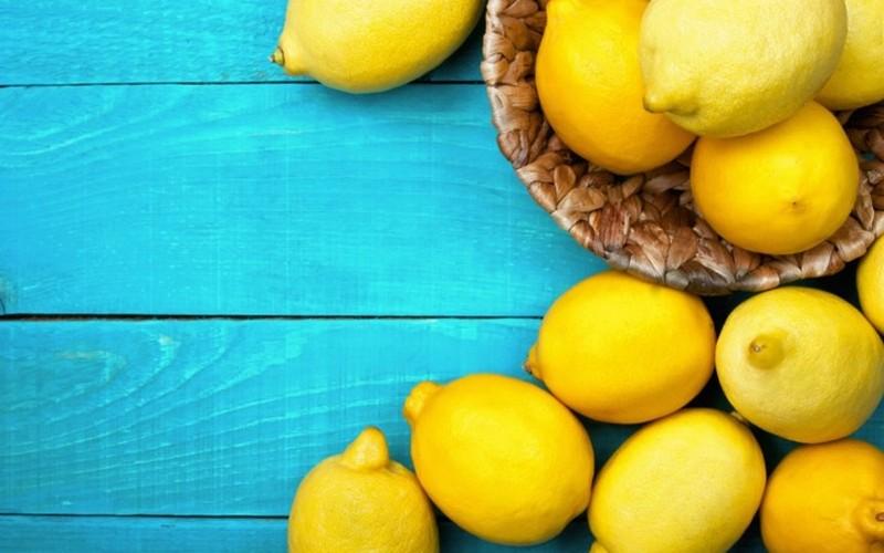 Диетологи рассказали, кому опасно есть лимоны