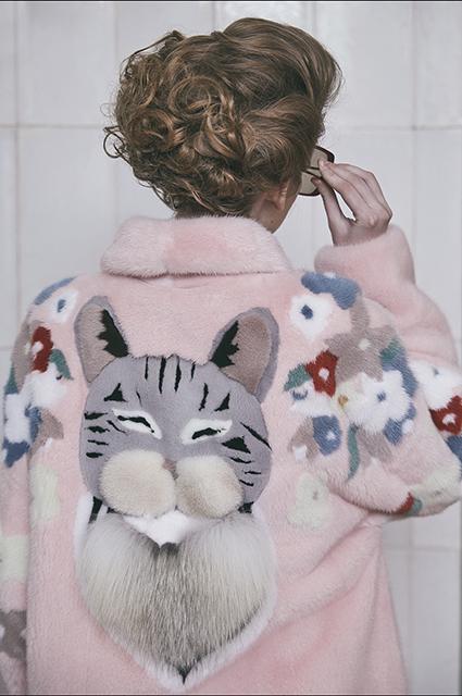 Беременная Виктория Лопырева, шубы с котиками и трансформеры: смотрим новые лукбуки