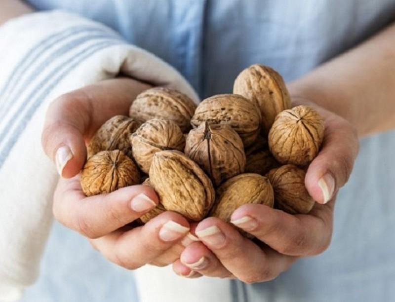 Диетологи рассказали, кому опасно есть орехи
