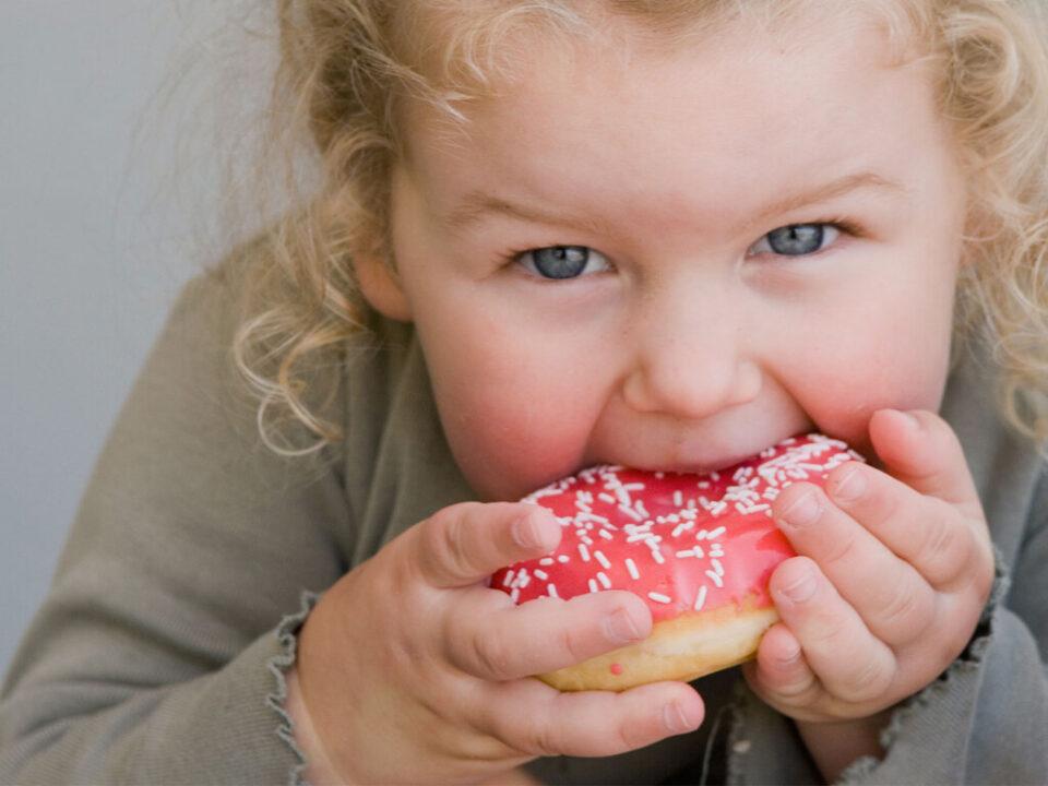 Ученые назвали главную причину детского переедания