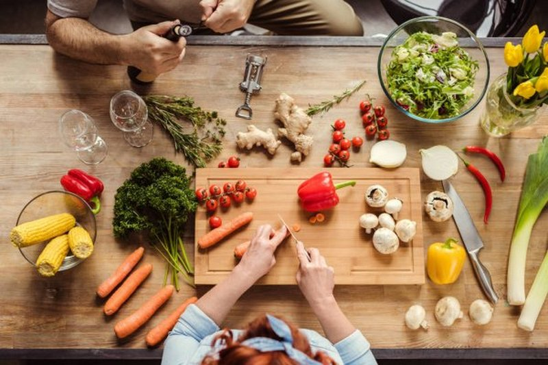 Диетологи рассказали, какие продукты многие готовят неправильно