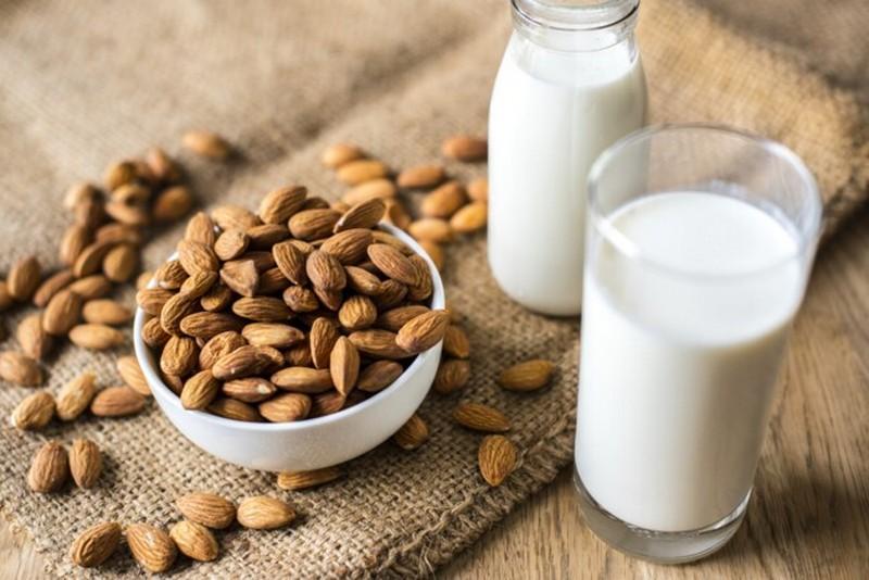 Названы полезные и вредные свойства растительного молока