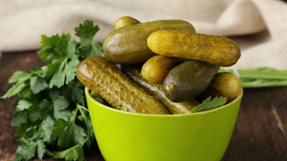 Медики рассказали о пользе соленых огурцов для здоровья