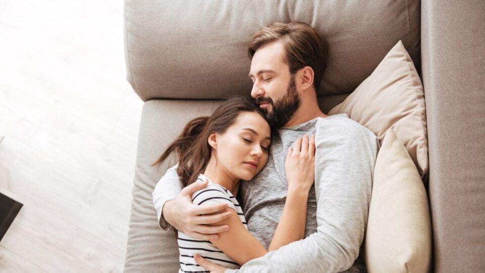 Ученые выяснили, как укрепить отношения во сне