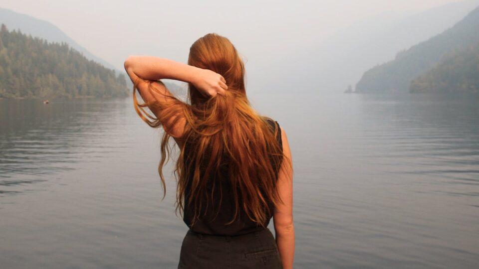 Трихологи рассказали, можно ли пользоваться феном людям с тонкими волосами
